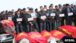 Похороны погибших в Бишкеке, 10 апреля 2010 г