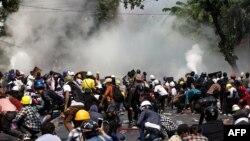 Сблъсъците на протестиращите с полицията и военните в Мианмар са всекидневни през последния месец