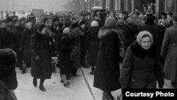 Очередь за билетами на спектакль «Порги Бесс». Ленинград, декабрь 1955 года. Здесь и далее - фото Эда Кларка © Time Inc.