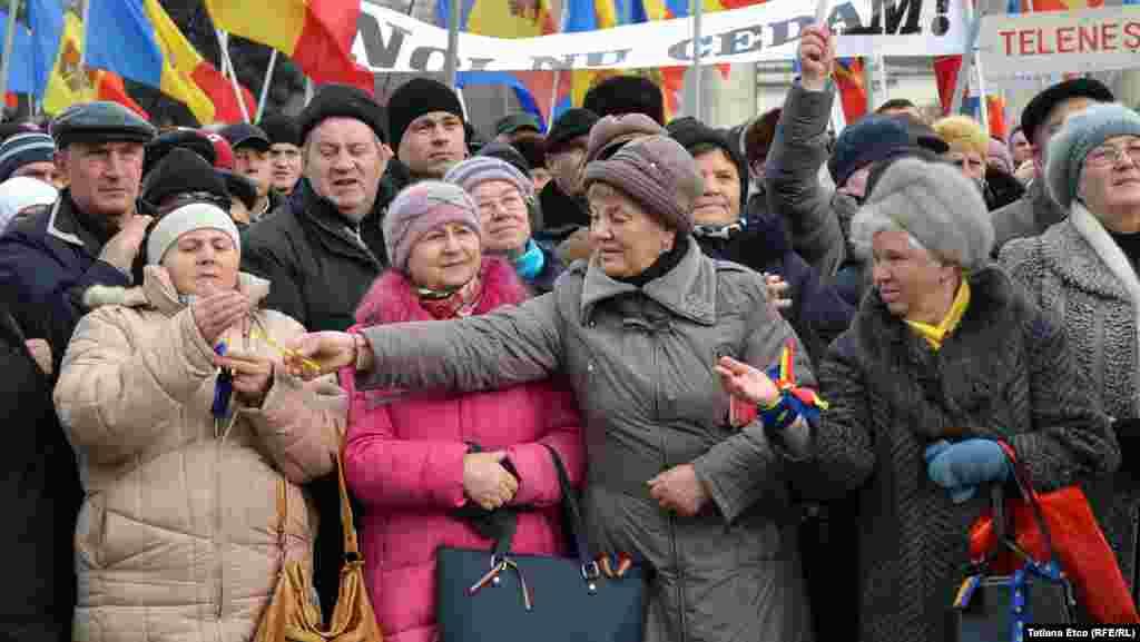 Mai mulți protestatari ai Platformei DA au aprins lumânări odată cu începerea acțiunii de pichetare