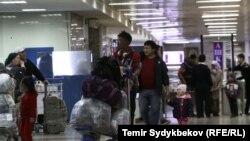Пассажиры в бишкекском аэропорту Манас.