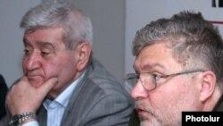 Գրող Յուրի Պոլյակովը (աջից) լրագրողների հետ հանդիպմանը: