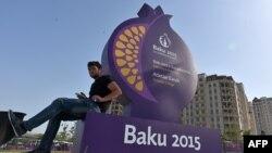 În faţa orăşelului sportivilor la Baku, 10 iunie 2015