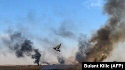 Дым над городком на сирийско-турецкой границе после удара, нанесенного на второй день после начала турецкой операции в Сирии. 10 октября 2019 года.