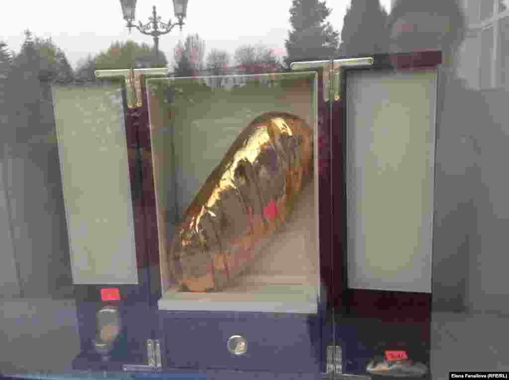Золотой батон - только в витрине, это знак начала экскурсии