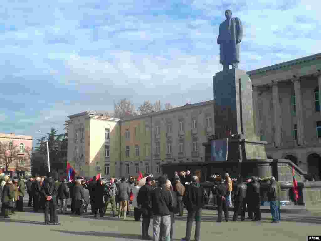 Такий був пам'ятник Сталіну на центральній площі Сталіна в Горі, фото 2009 року