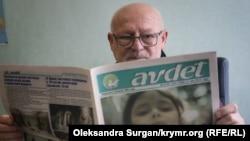 Головний редактор Шевкет Кайбуллаєв за читанням газети «Авдет»