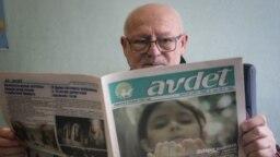 Главный редактор Шевкет Кайбуллаев за чтением газеты «Авдет»
