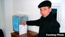 Активист партии «Азат» бросает письмо в ящик для корреспонденции в Алматинском областном акимате. Талдыкорган, март 2009 года.