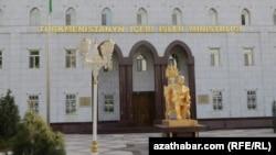 Памятник бывшему президенту Туркменистана Сапармурату Ниязову на улице Магтымгулы, Ашгабат.