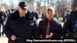 Затримання Олександра Кравченка (у вишиванці з синьо-жовтою стрічкою) 9 березня