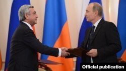 Russia - Armenian President Serzh Sarkisian (L) commits himself to making Armenia part of the Russian-led customs union after talks with his Russian counterpart Vladimir Putin near Moscow, 3Sep2013.