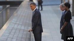 Претседателот Обама, неговата сопруга Мишел и поранешниот претседател Џорџ Буш пред меморијалниот центар во Њујорк.