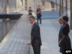 Fostul președinte Barack Obama i se va alătura, sâmbătă, lui Joe Biden la ceremonia de comemorare din New York. George W. Bush, care a făcut apel la ajutarea afganilor după retragerea SUA, se va afla la Shanksville, Pennsylvania, unde s-a prăbușit avionul care ar fi urmat să ajungă la Capitoliu. În imagine, Barack Obama, Michelle Obama și președintele George W. Bush, la 10 ani de la atentate. New York, 11 septembrie 2011.