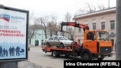 """Эвакуаторы в районе театра """"Ленком"""" работали с раннего утра."""
