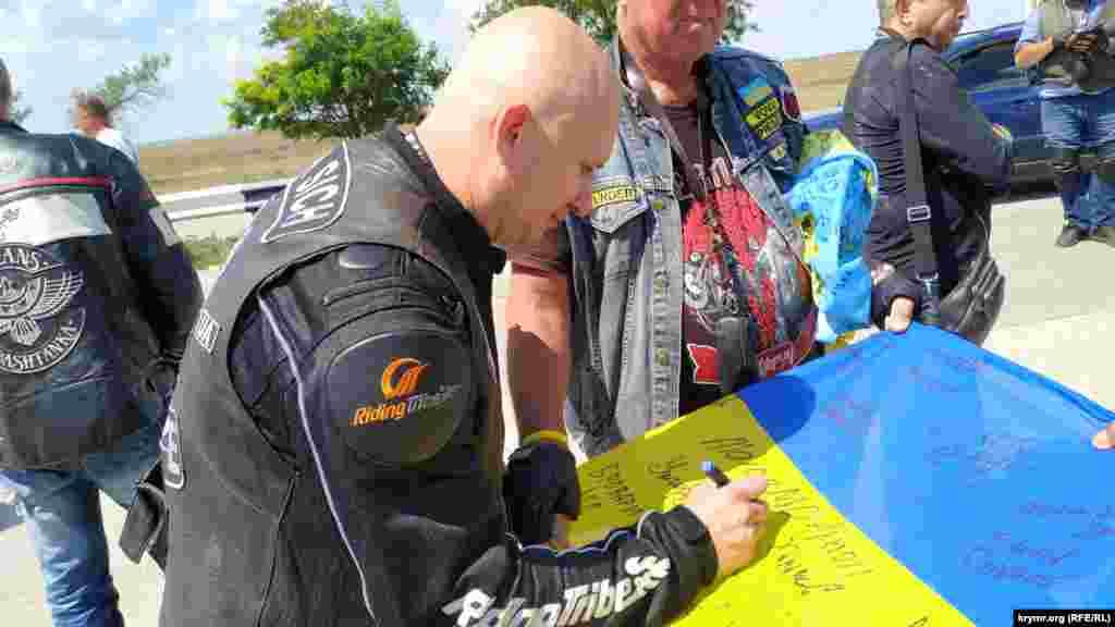Прапор проїхав із байкерами з Ужгорода через всю Україну