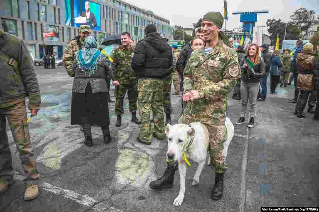 Боєць зі своїм псом, що побував у зоні бойових дій