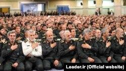 """Ислам революциясы корпусының """"Құдс"""" арнайы жасағының қолбасшысы генерал Касем Сүлеймани (алдыңғы қатарда ортада) Иранның рухани көсемі аятолла Әли Хаменеимен кездесуде отыр. 16 қыркүйек 2015 жыл."""