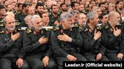 قاسم سلیمانی ، فرمانده نیروی قدس سپاه پاسداران (نفر دوم از چپ)، در دیدار فرماندهان سپاه با آیتالله خامنهای