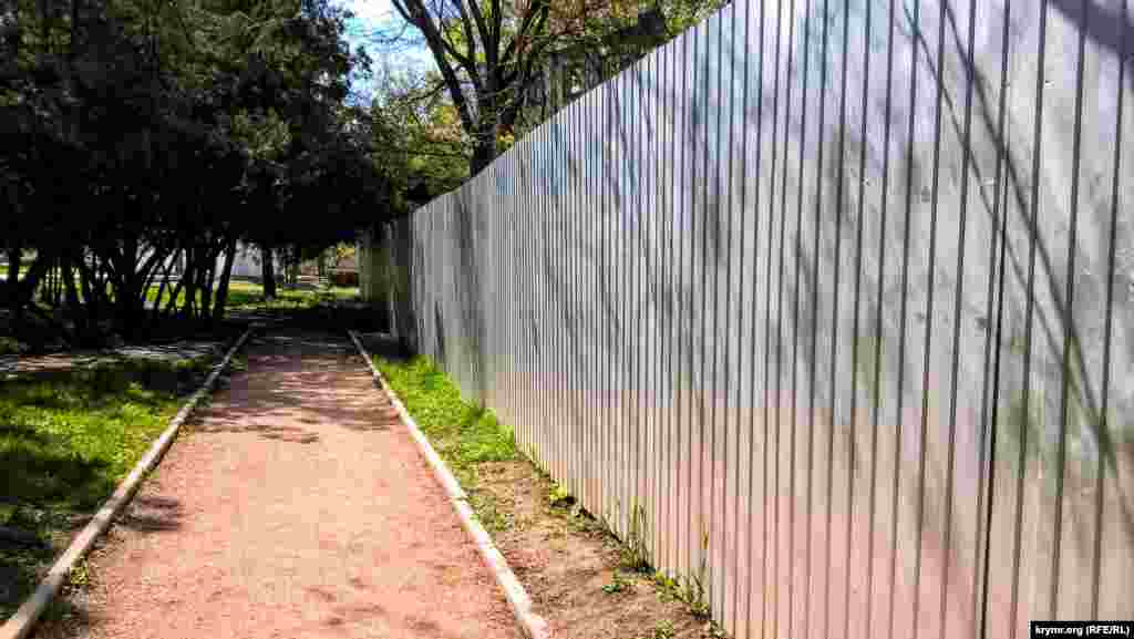 Пройшовши кілька метрів, можна побачити металевий паркан