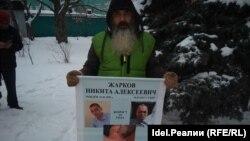 Алексей Жарков на митинге в Ульяновске. С аналогичным плакатом он проводит одиночные пикеты