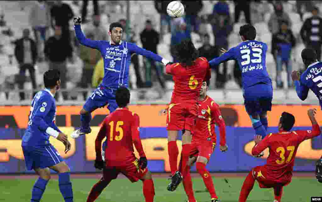 Esteghlal Tehran take on Foolad Khuzestan in a match in Tehran. (Mehr)