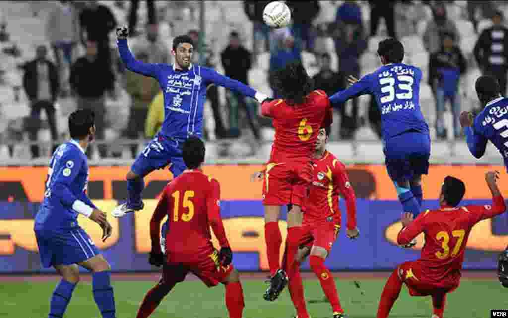 Esteghlal Tehran take on Foolad Khuzestan in a match in Tehran. (Mehr)