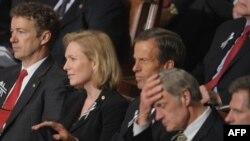قانونگذاران آمریکایی، نفر سوم از چپ: کریستن گیلیبرند