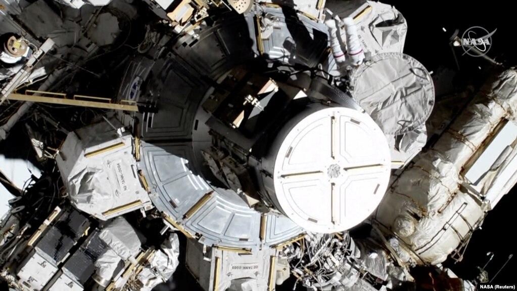 Крістіна Кох і Джессіка Мейр встановлюють необхідне устаткування назовні МКС, 18 жовтня 2019 року