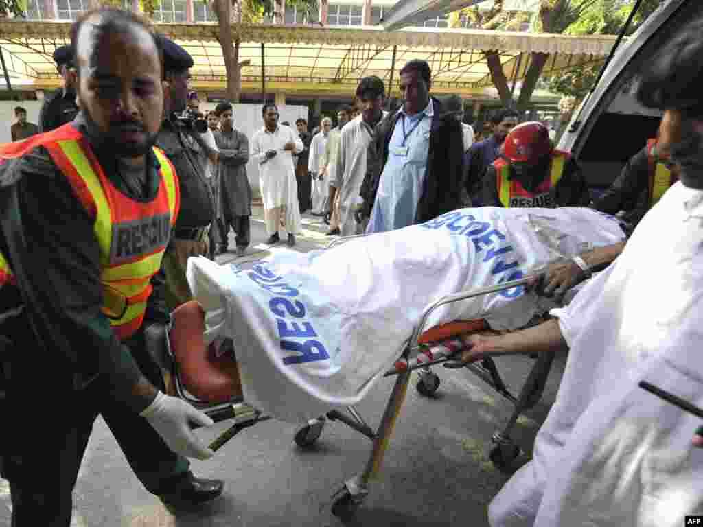 До 34-х возросло число жертв взрыва в пакистанском городе Равалпинди. Более 30 человек ранены. По сообщению полиции, взрыв в центре города у банка и гостиницы совершил смертник на мотоцикле.