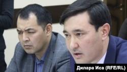 Руководитель отдела пассажирского транспорта и автомобильных дорог города Шымкента Куатжан Жуматаев (справа). Шымкент, 14 февраля 2018 года.