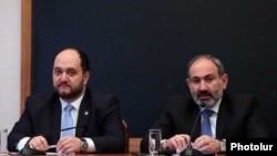 Мнистр образования и науки Араик Арутюнян (слева) и премьер-министр Никол Пашинян в ЕГУ, Ереван, 22 апреля 2019 г.