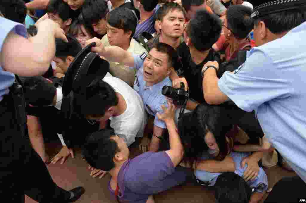 Kina - Posjeta Davida Beckhama univerzitetu u Šangaju pretvorila se u kaos kada je nastao stampedo obožavaoca da vide svjetsku nogometnu zvijezdu. Najmanje sedam osoba je povrijeđeno, 20. juni 2013. Foto: AFP / Peter Parks
