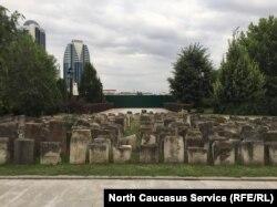 """Забор, которым огорожена территория будущего ТЦ """"Грозный Молл"""", вплотную примыкает к мемориалу памяти жертвам депортации"""