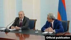 Президент Армении Серж Саргсян (справа) и председатель Общественного совета Вазген Манукян, 24-июля 2014 г.