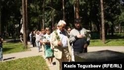 """Слева направо: Сагат Жусип и Жасарал Куанышалин, члены оргкомитета церемонии награждения премией """"Свобода"""". Алматы, 31 мая 2013 года."""
