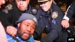 Архивска фотографија: Полицијата апси припадници на движењето Окупирај го Вол Стрит во Њујорк на 26 октомври 2011 година.