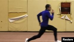 Жаттығу жасап жүрген грек атлеті. Көрнекі сурет.