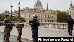 Polițiști în fața sediului central al Poliției din Paris