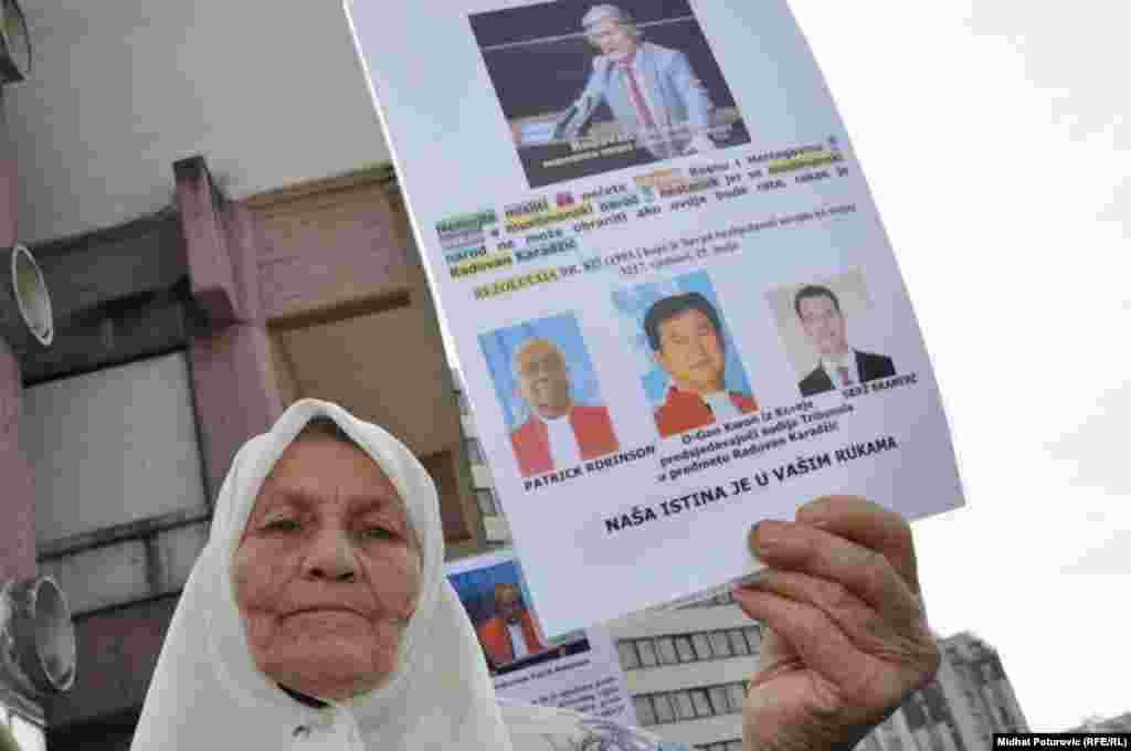 FOTOGRAFIJE: MIDHAT POTUROVIĆ - Mirni protesti ispred zgrade UN zbog najavljenog skraćivanja optužnice bivšem lideru bosanskih Srba Radovanu Karadžiću, 16. septemar 2009. Foto: Midhat Poturović