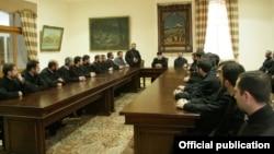 Ամենայն Հայոց Գարեգին երկրորդ կաթողիկոսի հանդիպումը ԶՈւ-ում եկեղեցու սպասավորների հետ, արխիվ