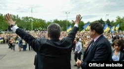 Президент України Петро Порошенко (ліворуч) і новий голова Одеської обласної державної адміністрації Міхеїл Саакашвілі. Одеса, 30 травня 2015 року
