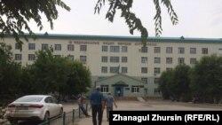 У здания больницы скорой медицинской помощи в городе Актобе. Иллюстративное фото.