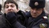 Bakıda müxalifət fəallarının keçirdiyi etiraz aksiyasında polis fəallardan birini saxlayarkən, 12 mart 2011