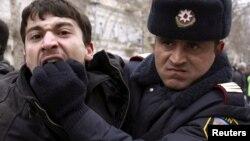 Arxiv foto: Bakıda müxalifətin keçirdiyi aksiyada fəallardan birini polis saxlayır. 12 mart 2011