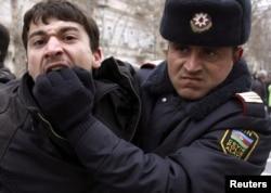 Polis müxalifətçilərin aksiyasını icazəsiz olduğunu əsas gətirib dağıdır, 12 mart 2011