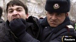 Arxiv fotosu: Bakıda etiraz aksiyasında müxcalifət fəalını polis həbs edərkən. 12 mart 2011-ci il.