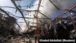 Санадағы Сауд Арабиясы бастаған коалицияның әуе шабуылдарынан қираған нысандар. Йемен, қазан 2016 жыл.