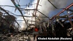 Սաուդյան Արաբիայի ավիահարվածների հետևանքով այրված կառույց Եմենի մայրաքաղաքում, արխիվ