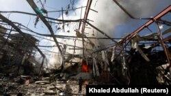 ویرانه به جا مانده از حمله هفته گذشته ائتلاف عربی در صنعا